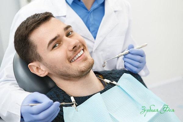 мужчина на приеме у стоматолога