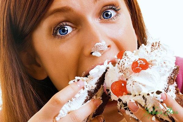 сладкоежка ест торт